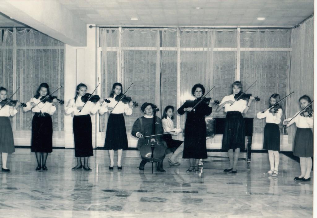 Ансамбль скрипачей (рук. Маркова Г. И.), преподаватель по классу виолончели Войтенко Н. А.