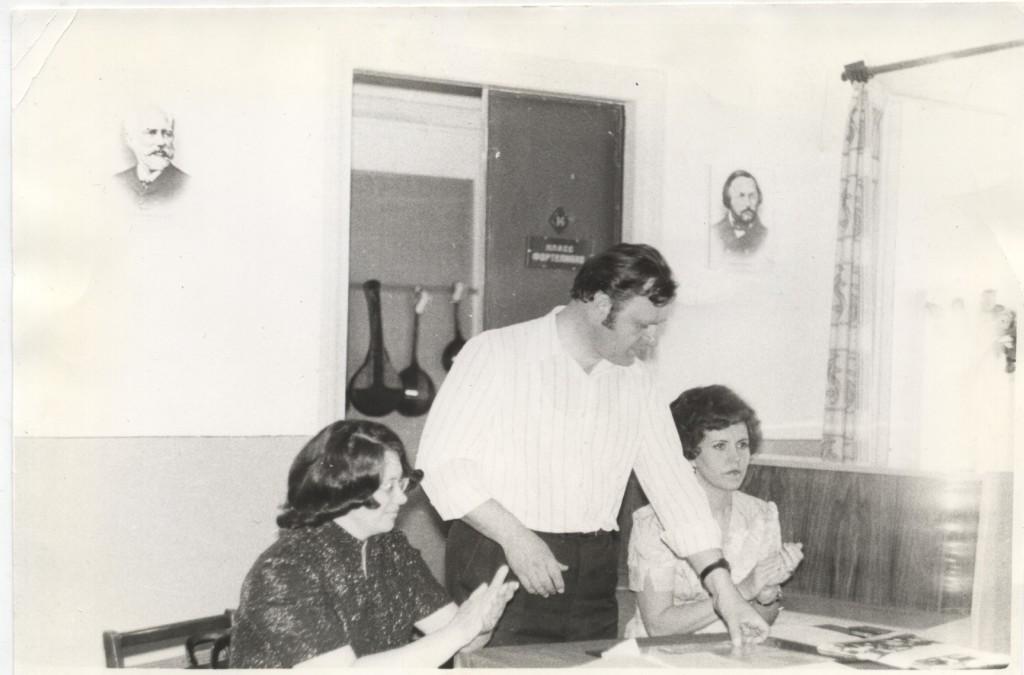 Слева направо: преподаватель теоретических дисциплин Букреева С. И., директор школы Ситников В. Н., завуч Шестакова Т. И.